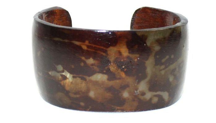 Bracelet africain artisanal ouvert en corne bovine décorée