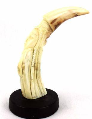 Figurine en défense de phacochère décorée  sur socle FSS4-B