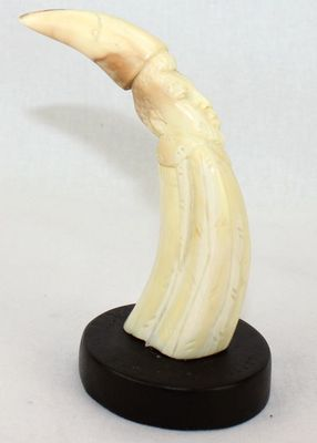 Figurine en défense de phacochère décorée  sur socle FSS5
