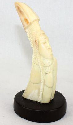 Figurine en défense de phacochère décorée  sur socle FSS5-B